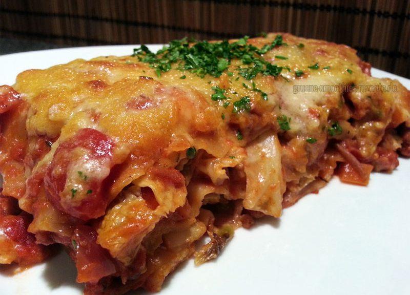 Ein Stück Wirsing-Lasagne-mit-veganer-Rotwein-Dattel-Soja-Bolognese