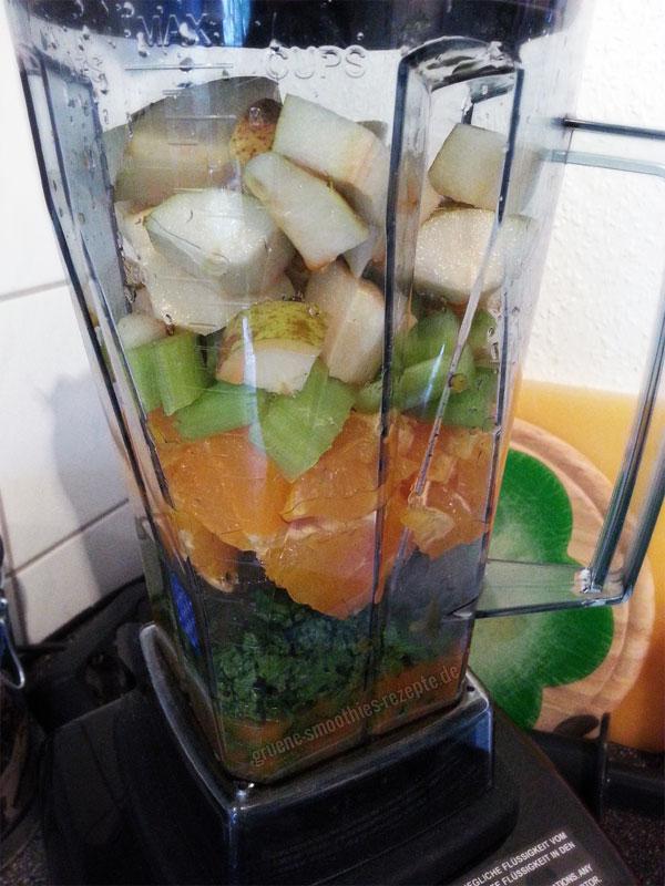 Vegan Fasten - Tag 1 - Grüner Smoothie mit Petersilie, Birne, Orange, Sellerie und Karotte