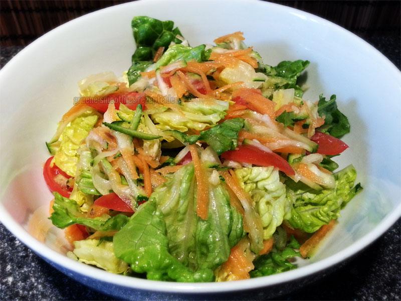 Vegan Fasten - Tag 1 - Fastensalat mit Römersalat, Möhre, Zucchini und Tomate