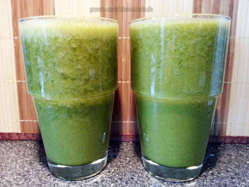 Grüner Smoothie aus einem Bund Petersilie, Karottensaft, Stangensellerie, Birne, Organe, Datteln und etwas Zitrone