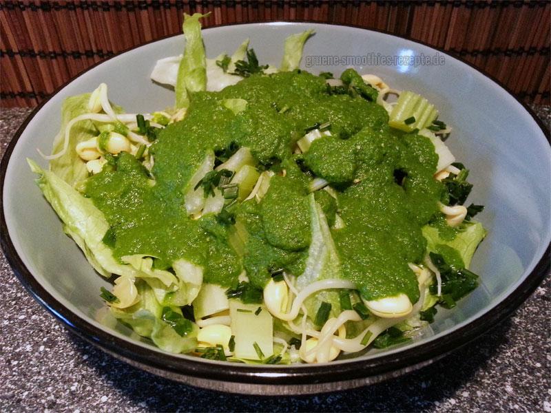 Vegan Fasten - Tag 11 - Fastensalat mit Eisbergsalat, Sellerie, Sprossen und grasgrünem Dressing