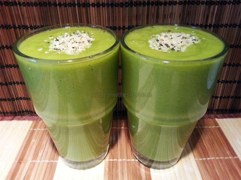 Grüne Smoothies mit Postelein, Stangensellerie, Grapefruit, Mango, Orange und Hanfsamen