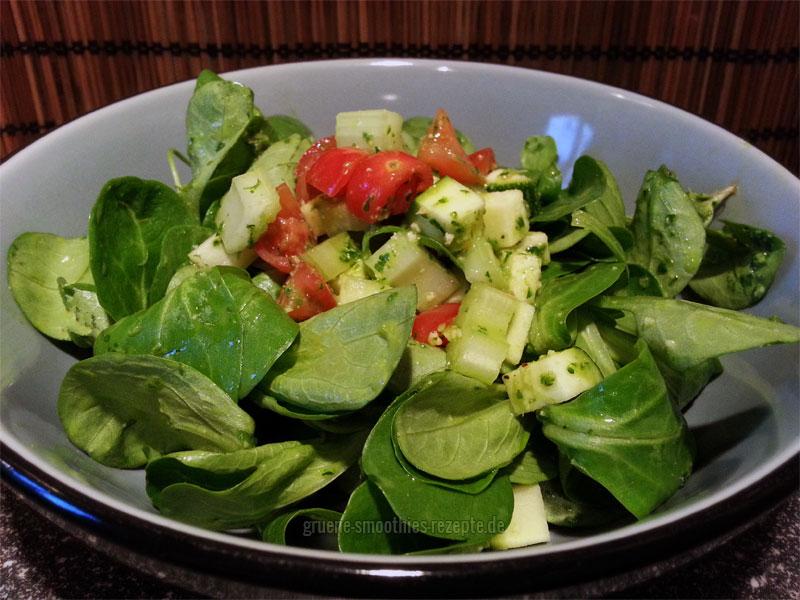 Vegan Fasten - Tag 3 - Fastensalat mit Feldsalat, Stangensellerie, Tomaten und Zucchini