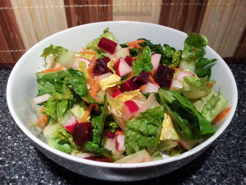 Vegan Fasten - Tag 4 - Fastensalat mit Römersalat, Rote Bete, Möhren, Radieschen und einem Kräuter-Haselnuss-Dressing