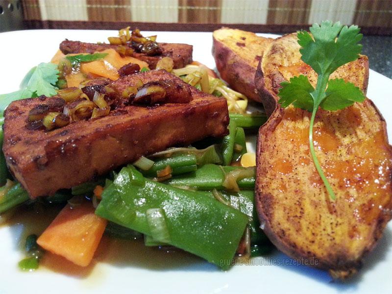 Grüne Bohnen, Karotten und Sprossen aus dem Wok und Chili-Tofu mit Zitronengras
