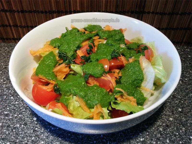 Vegan Fasten - Tag 8 - Fastensalat mit Eisbergsalat, Möhren, Tomaten und dem grasgrünen Dressing