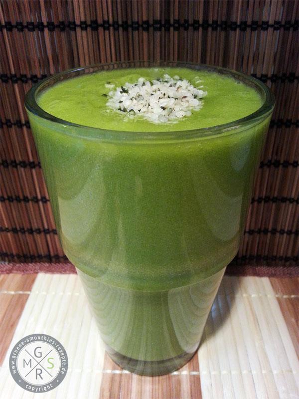 Grüner Smoothies mit Spinat, Banane, Mango und Hanfsamen