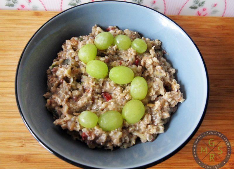 Superfood Porridge mit Hanfsamen, Chiasamen, Gojibeeren und Reis-Kokos-Drink von Provamel.
