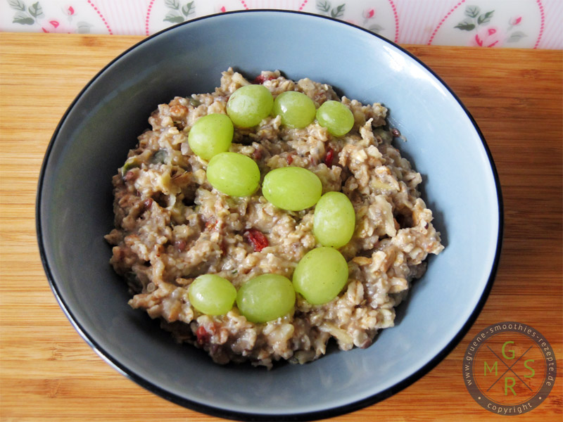 Superfood-Porridge mit Hanfsamen, Chiasamen, Gojibeeren und Reis-Kokos-Drink von Provamel.