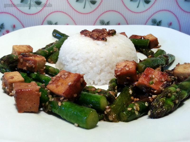 Grüner Spargel aus dem Wok mit Räuchertofu und Sesam - Als Beilage eine Portion Reis