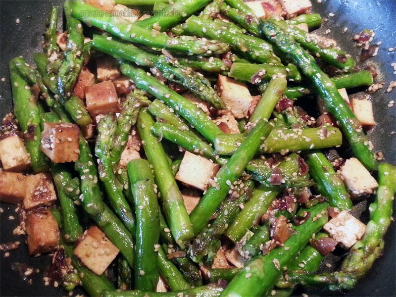 Grüner Spargel mit Räuchertofu und Sesam