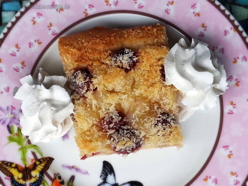 Der Kirsch-Ananas-Kokos-Kuchen vom Blech schmeckt auch gut mit einem Glas Mandelmilch oder einer Tasse Kaffee