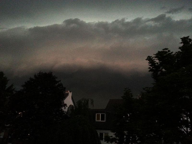Das Unwetter vom Pfingstmontag rollt auf unseren Balkon im Kölner Norden zu...