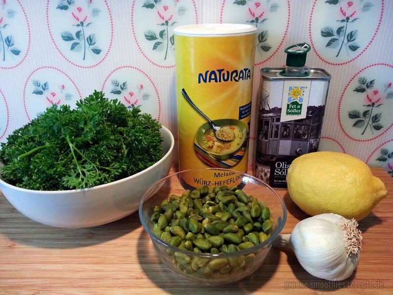 Die Zutaten für das Pistazien-Petersilien-Pesto mit Olivenöl