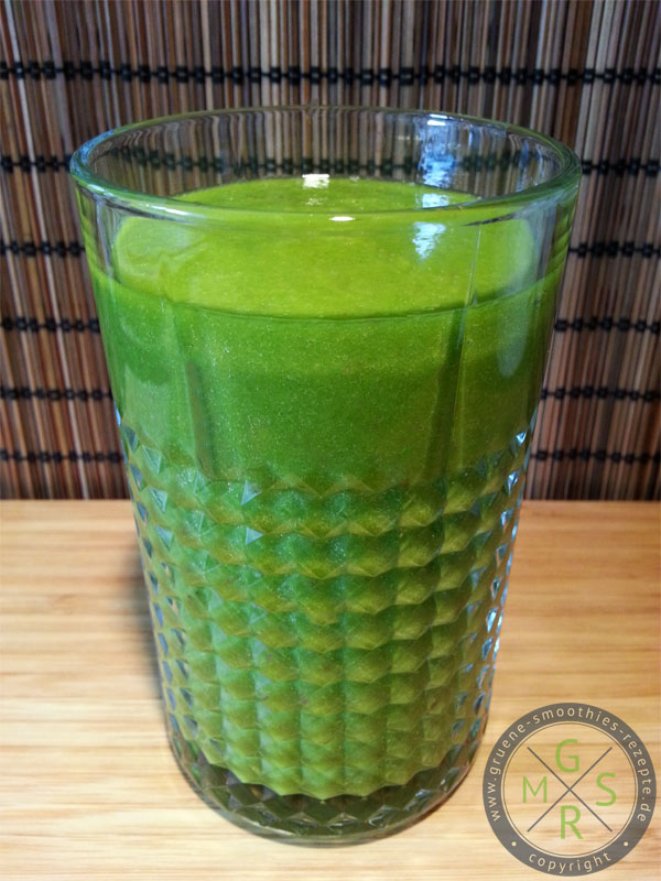 Grüner Smoothie mit Kohlrabiblätter, Nektarinen, Mango, Gurke, Staudensellerie und Zitrone