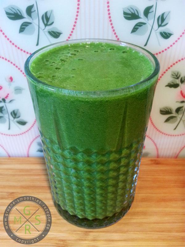 Grüner Smoothie mit Matcha, Minze, Ananas, Orangen und Babyspinat