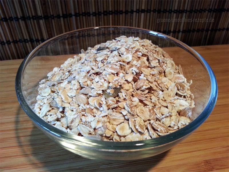 Das Basismüsli wird in dem Kokosöl mit der zerdrückten Banane, dem Reis-Kokosdrink und dem Zimt aufgekocht