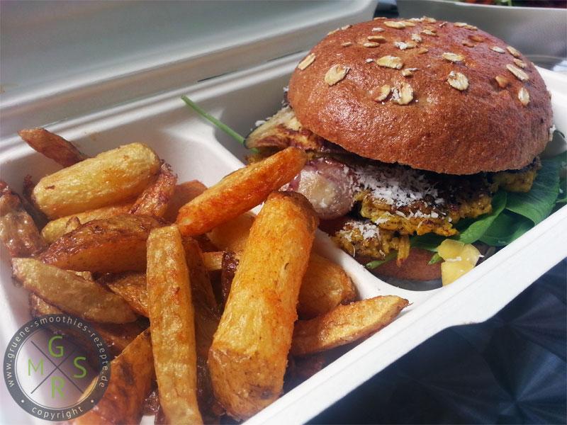 """Der """"Happy Buddha Asia Burger"""" von Bunte Burger. Dazu Kartoffel Wedges mit Lemongrass Aioli."""