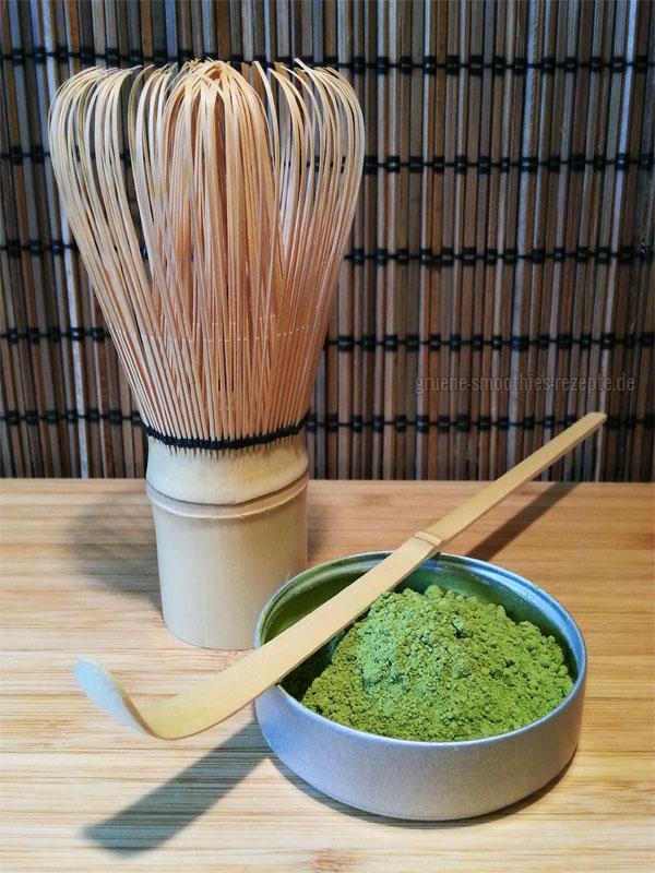 Das Matcha Pulver wird mit dem Bambuslöffel abgemessen, mit 80 °C warmen Wasser übergossen und mit dem Bambusbesen verrührt.