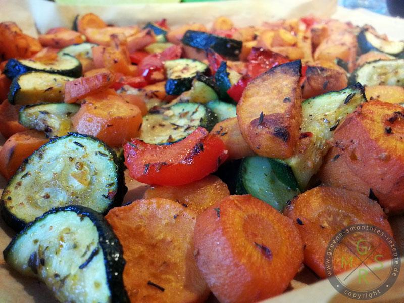 Sobald das Ofengemüse fertig ist, kann es auch direkt auf einem Teller serviert werden. Schmeckt übrigens ausgezeichnet zu Grillgut