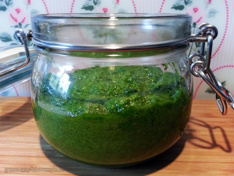 Pistazien-Petersilien-Pesto mit Olivenöl für Feinschmecker
