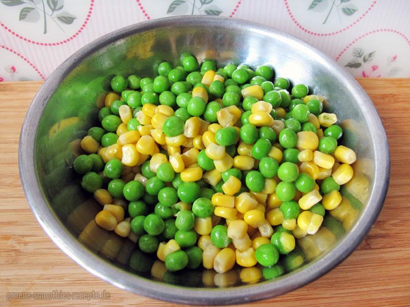 Erpsen und Mais für den veganen Nudelsalat mit Mandel-Mayonnaise
