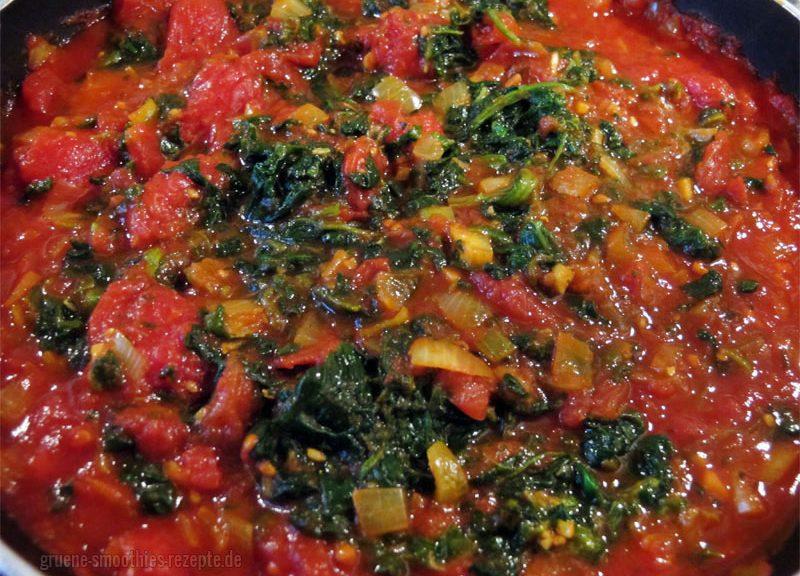 Die Tomaten-Curry-Soße mit dem aufgetauten TK-Blattspinat für das Spinat-Tomaten-Curry