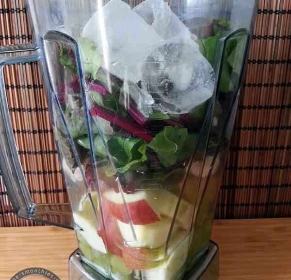 Die Zutaten für den grüner Smoothie mit Rote Bete Bätter, Gerstengras, Trauben etc.