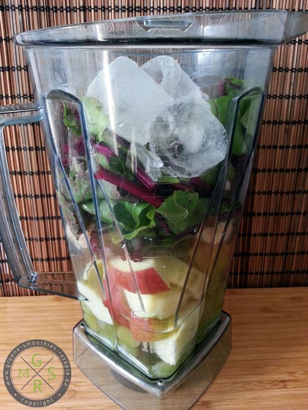 Die Zutaten für den grünen Smoothie mit Rote Bete Blätter, Gerstengras, Trauben etc.