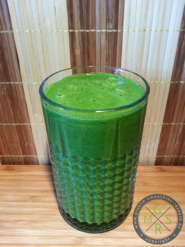Grüner Smoothie mit Petersilie, Spinat, Sellerie, Apfel, Orange und Banane