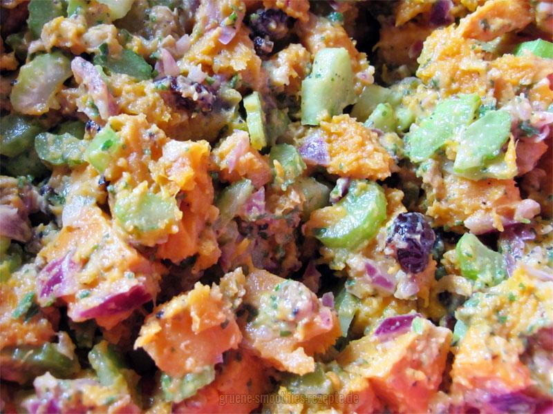 Der Süßkartoffelnsalat mit Walnüsse, Stangensellerie, Cranberries, Zzwiebeln und dem Dressing