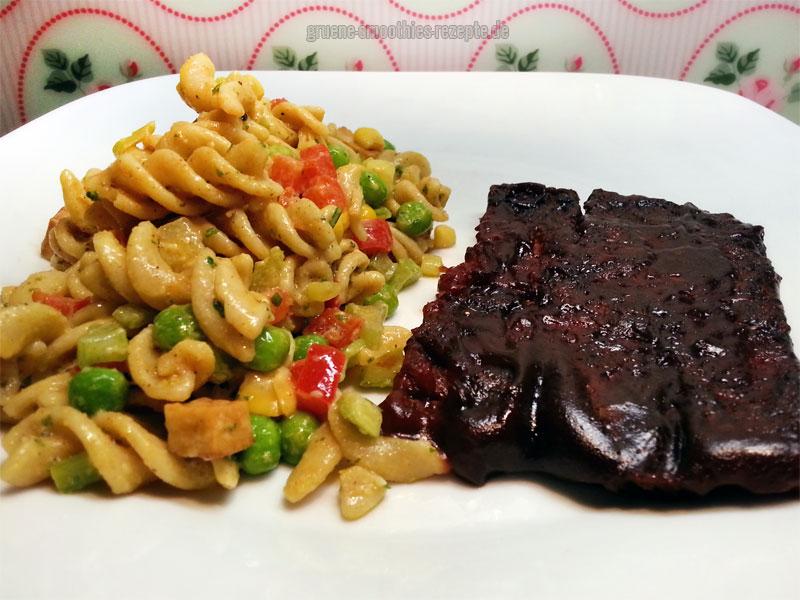 Veganer Nudelsalat mit Mandel-Mayonnaise und die sensationellen veganen Spare Ribs vom Umsteiger