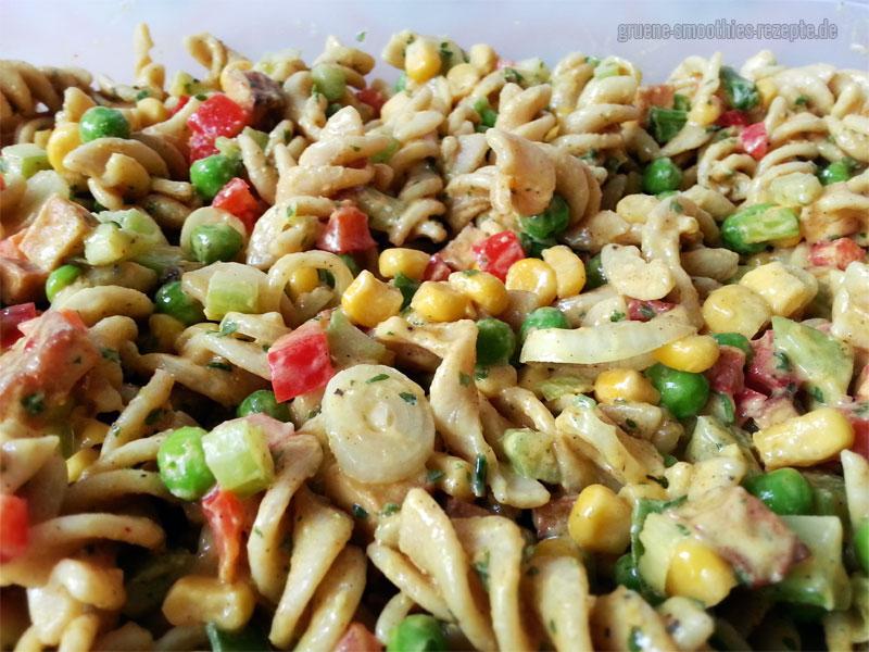 Veganer Nudelsalat mit selbstgemachter Mandel-Mayonnaise