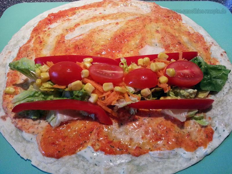 Die veganen Wraps anschließend mit dem Gemüse, dem Salat und dem Räuchertofu belegen...