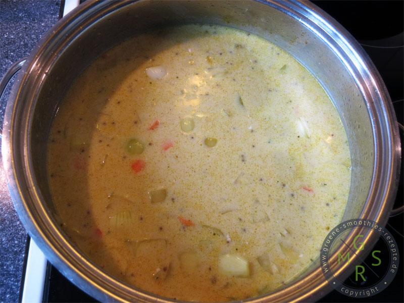 Die Zutaten für die Pikante Senf-Curry-Suppe pürieren