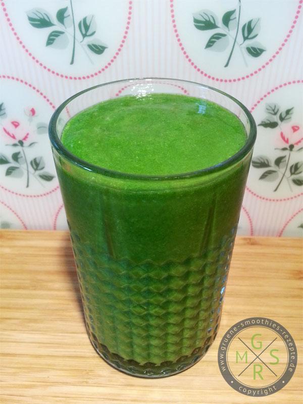 Grüner Smoothie mit Petersilie, Babyspinat, Honigmelone, Mango, Banane und Kokosöl