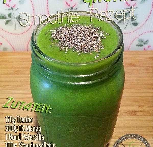 Grüner Smoothie mit Petersilie, Traube, Sellerie, Mango und grünem Tee