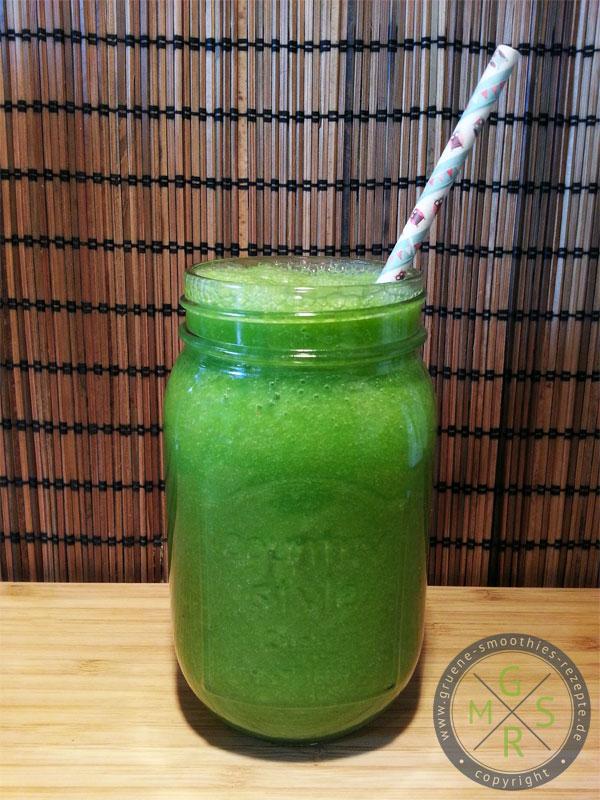 Grüner Smoothie mit Stielmus, Sellerie, Trauben und Äpfeln