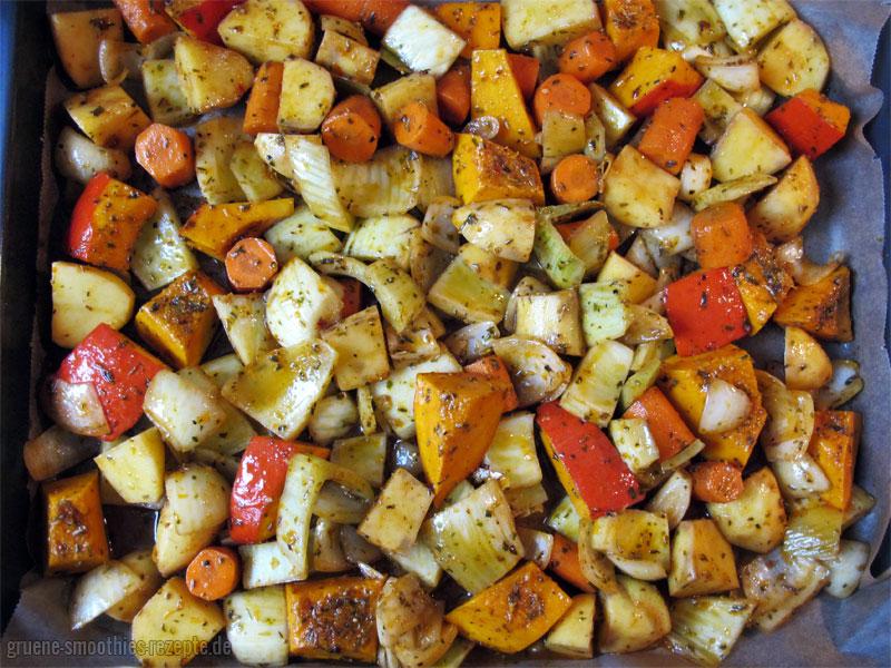 Ofengemüse mit Hokkaido-Kürbis, Kartoffeln, Fenchel, Möhren und Zwiebeln auf dem Blech