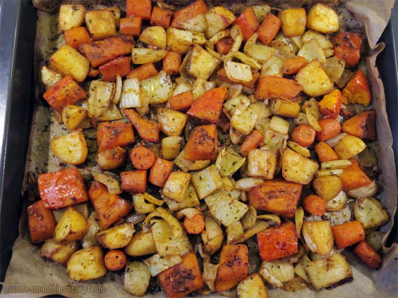 Das fertige Ofengemüse mit Hokkaido-Kürbis, Kartoffeln, Fenchel, Möhren und Zwiebeln