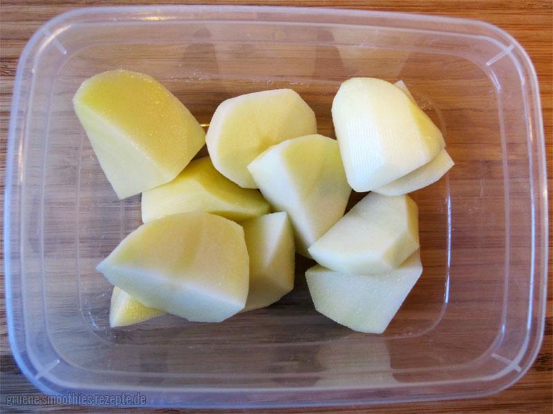 Die Kartoffeln ebenfalls in gleichgroße Stücke schneiden