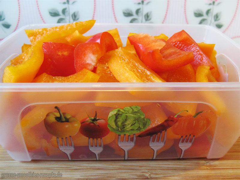 Die Paprika in regelmässige Stücke schneiden