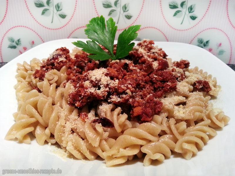 Die Tofu-Bolognese schmeckt auch sehr gut mit Vollkorn-Fusilli und Macadamia-Parmesan :)