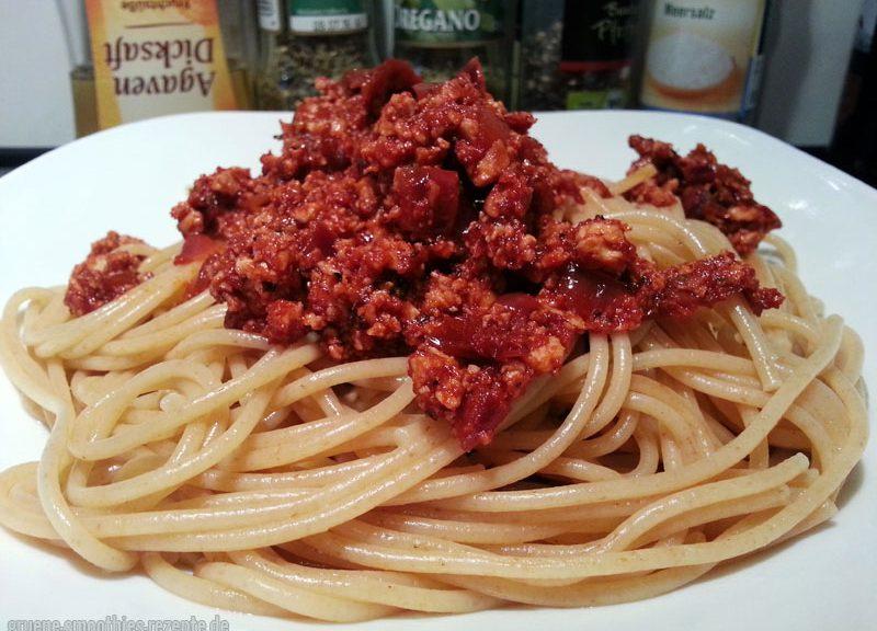 Tofu-Bolognese mit Vollkorn-Spaghetti und Macadamia-Parmesan