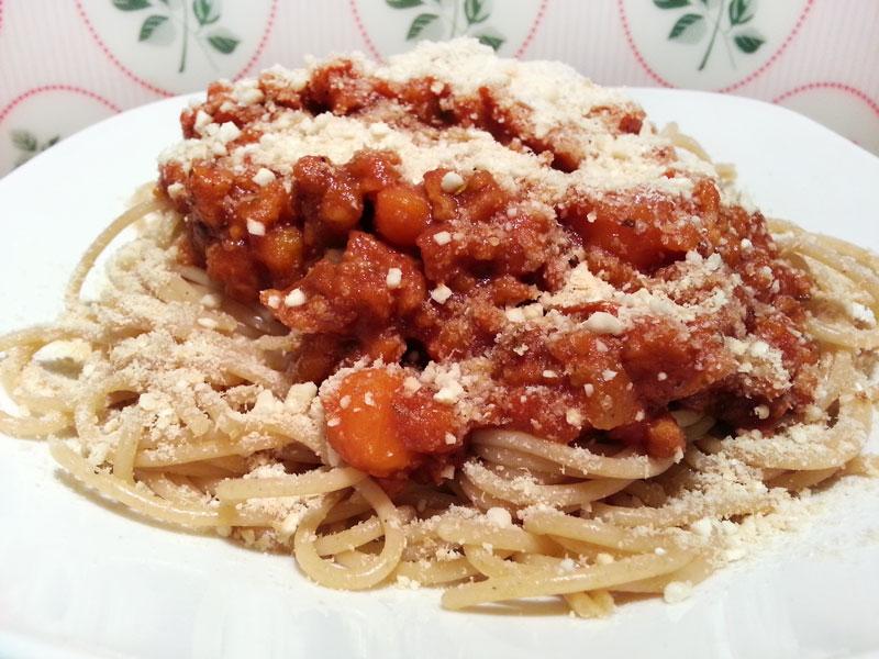Die vegane Kürbis-Bolognese mit Vollkorn-Spaghetti und Cashew-Parmesan - Yummy