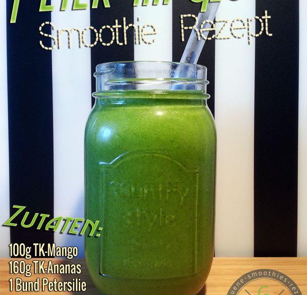 Grüner Smoothie mit Petersilie, Feldsalat, Ananas und Mango