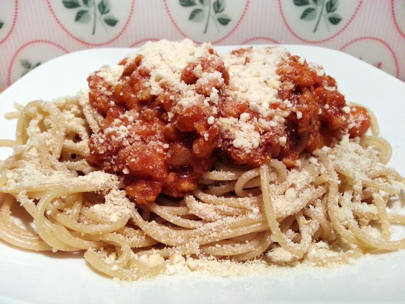Vegane Kürbis-Bolognese mit Cashew-Parmesan und Vollkorn-Spaghetti