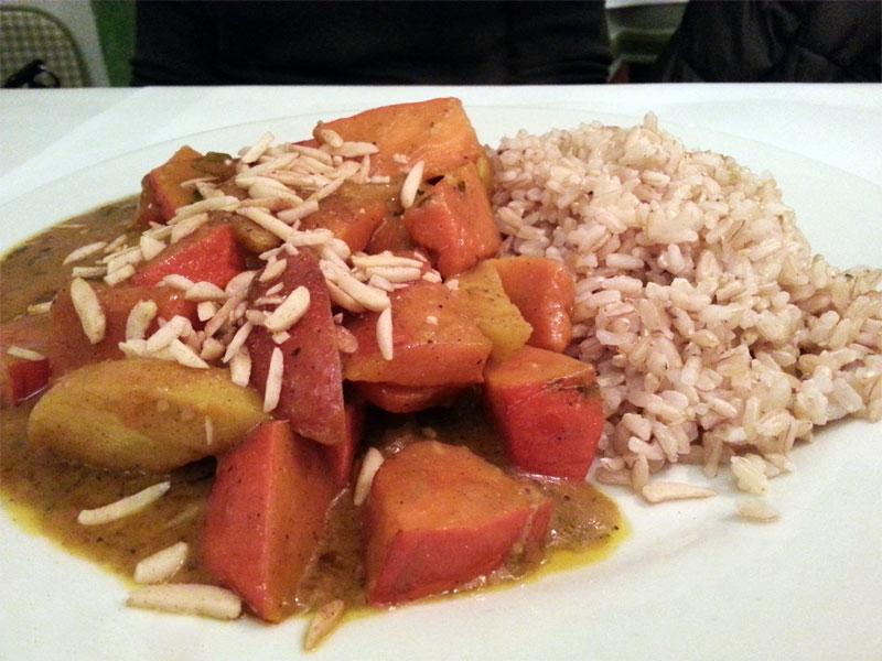 Kürbis-Curry mit Naturreis, Mandelstiften und Kartoffeln.