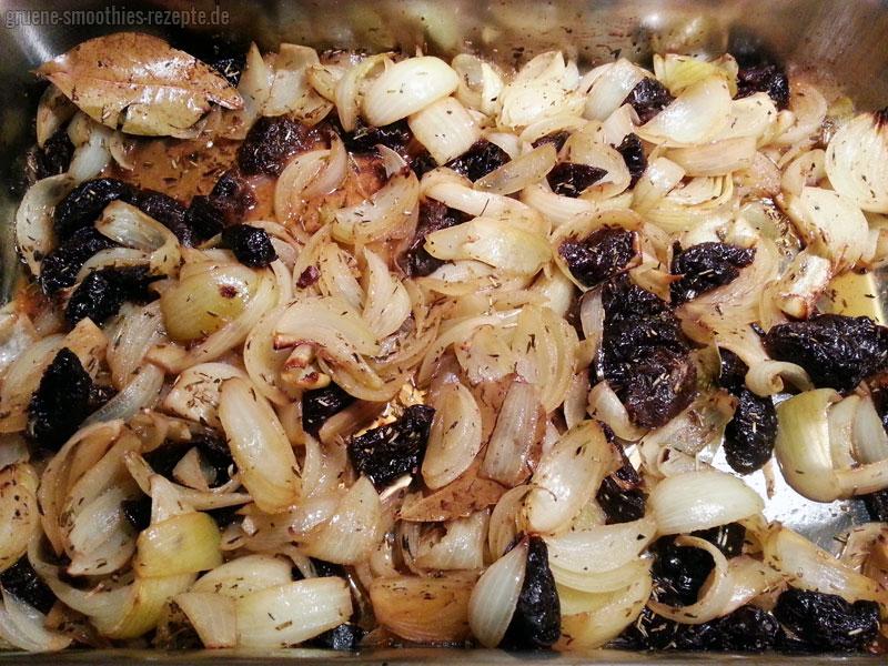 Das fertig gebackene Zwiebel-Pflaumen-Gemüse