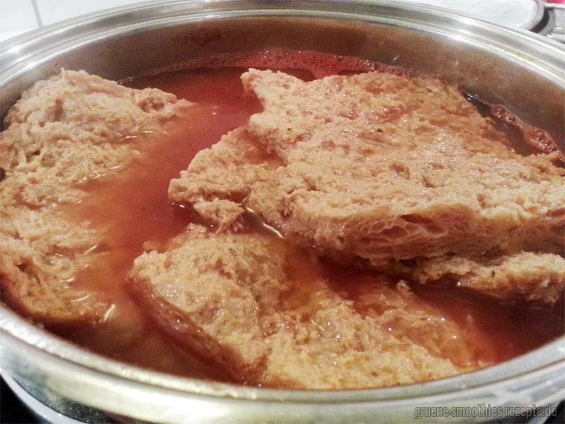 Die Soja Big Steaks für die veganen Spareribs gut auskochen